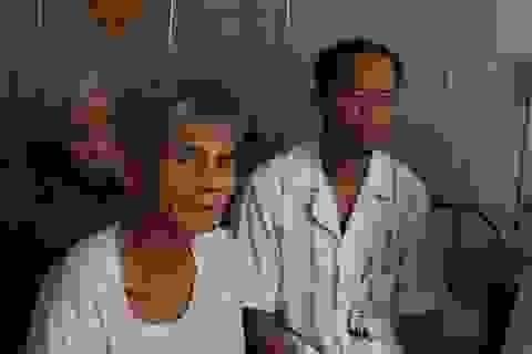 """Y bác sĩ phòng khám đi """"xin ăn"""" cho hàng chục bệnh nhân bị lũ cô lập"""