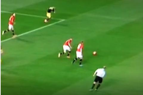 """Hành động """"khó hiểu"""" của trọng tài trong trận MU và Swansea"""