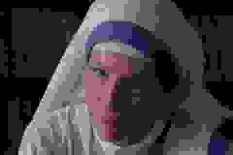 Người dân quỳ lạy... nữ diễn viên vì tưởng đó là Mẹ Teresa tái thế