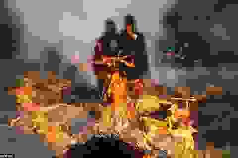 Hình ảnh đau thương từ những lễ tang tập thể tổ chức vội vã ở Nepal