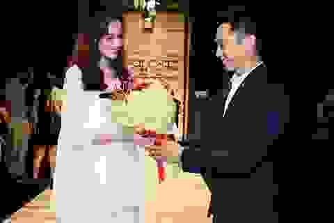 Trúc Diễm được ông xã tặng hoa ngay trong đêm diễn thời trang