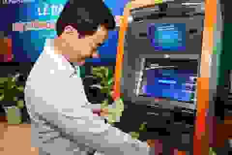 """Khách hàng """"đổ xô"""" vào dùng thử ATM thế hệ mới"""