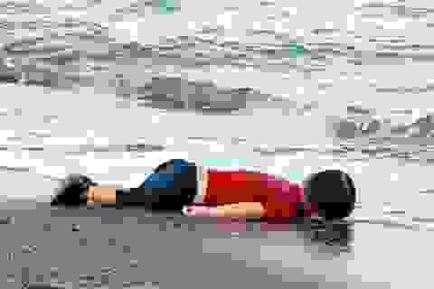 "Charlie Hebdo gây ""bão"" với biếm họa bé trai Syria trôi dạt vào bờ"
