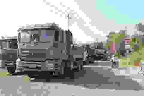 Khốn khổ vì xe tải từ mỏ đá, người dân lập rào chắn chặn đường