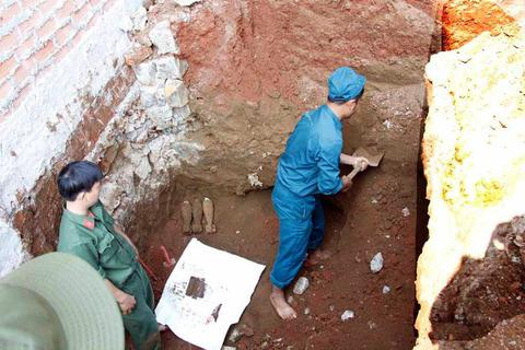 Phát hiện hầm vũ khí nằm sâu 2m dưới lòng đất