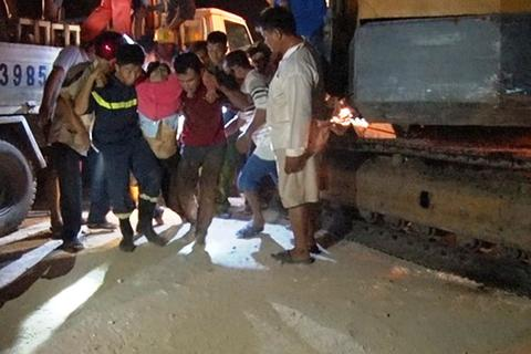 Hàng chục công nhân kêu cứu khi ô tô lao xuống ruộng