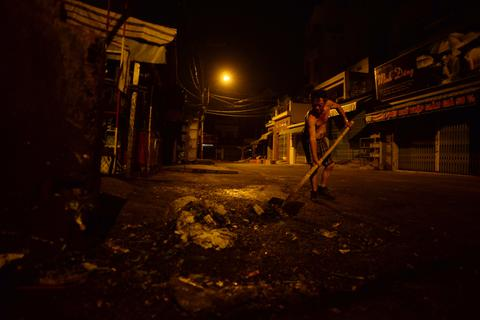 """Đêm mưu sinh của """"tỷ phú khuân vác"""" ở  Sài Gòn"""