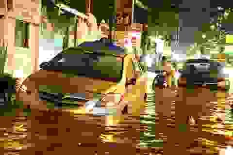 Sài Gòn mưa lớn: Xe máy ngập ngang yên, nhà dân ngập nửa mét