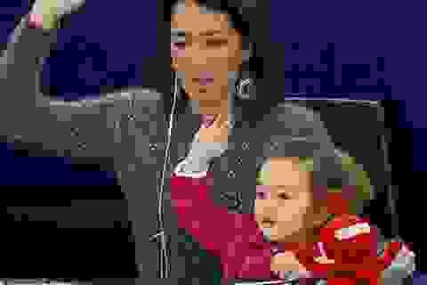 """Bé gái thành """"ngôi sao"""" trong nghị viện châu Âu"""