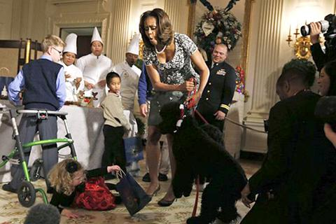 Chó cưng nhà Obama làm ngã khách Nhà Trắng