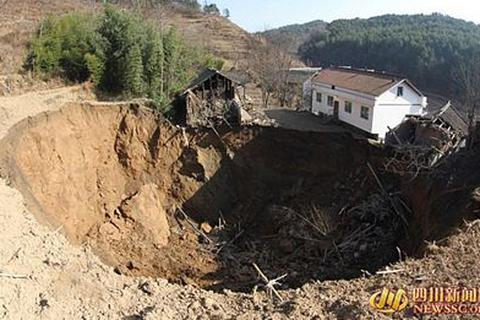 """""""Hố địa ngục"""" nuốt chửng 12 ngôi nhà tại Trung Quốc"""