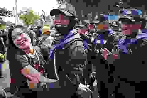 Người biểu tình Thái Lan ôm hôn, tặng hoa cảnh sát sau đối đầu