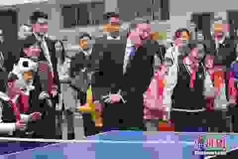 Thủ tướng Anh chơi bóng bàn với các học sinh Trung Quốc