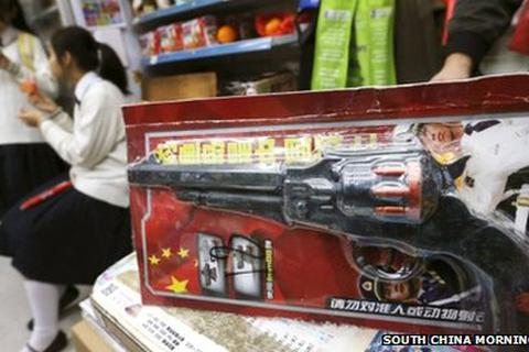 """Súng đồ chơi Trung Quốc mang slogan """"nguy hiểm"""""""