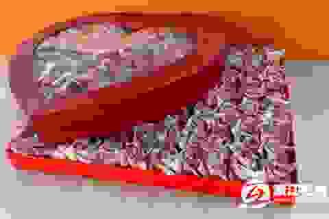Cầu hôn bạn gái bằng 999 bông hoa tiền