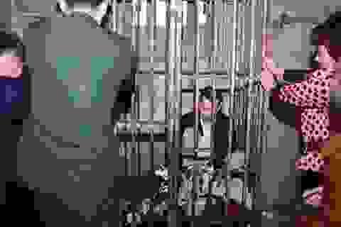 Người đàn ông bị nhốt trong cũi sắt suốt 8 năm