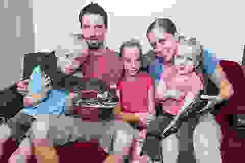 Bé gái 9 tuổi ăn, ngủ cùng đàn rắn