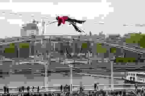 Mạo hiểm màn đi trên dây vượt sông Seine
