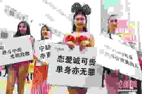Thiếu nữ Trung Quốc mặc kiệm vải ủng hộ độc thân