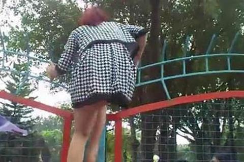 Clip: Phản cảm thiếu nữ váy ngắn vượt rào vào công viên nước