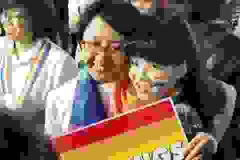 Cặp đôi mạnh dạn bày tỏ nụ hôn cùng giới