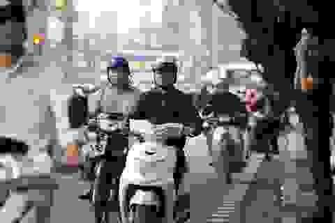 Ngán ngẩm cảnh giao thông hỗn loạn ngay trước cửa Văn Miếu
