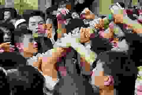Giành giật quyết liệt trong lễ hội Giằng Bông