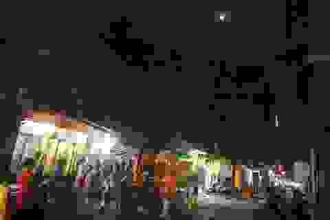 Chùm ảnh: Phá cỗ trên vỉa hè dưới ánh trăng rằm huyền ảo