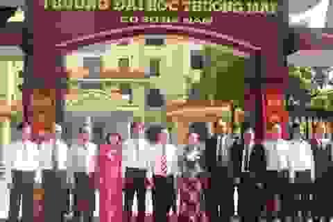 Gắn biển Trường Đại học Thương mại cơ sở Hà Nam
