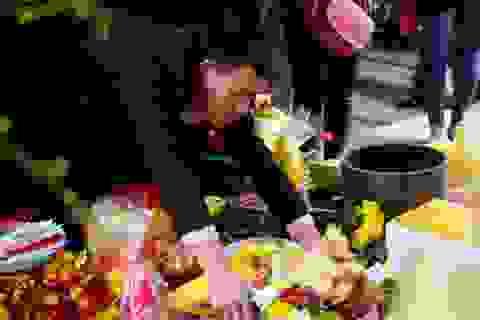 Chen nhau sắp lễ, sờ tượng, bỏ tiền vào kiệu rước
