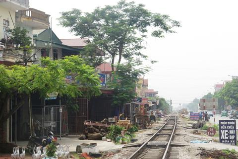 Băng qua đường sắt đón khách, lái xe ôm bị tàu hỏa đâm tử vong
