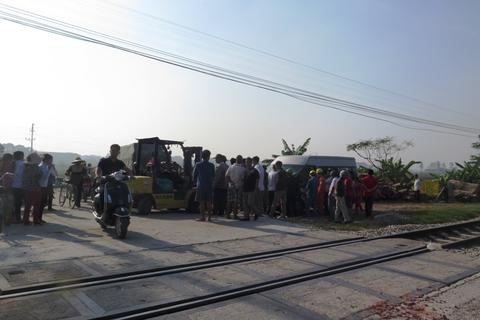 Tàu hỏa tông xe ô tô, hai chuyến tàu bị trễ hành trình