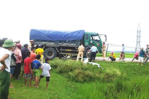 Tài xế xe tải lùi bất cẩn, 2 người thương vong