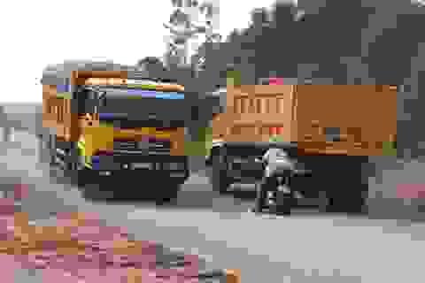 """Nghệ An: Xe chở cát """"băm nát"""" quốc lộ, đường Hồ Chí Minh?"""