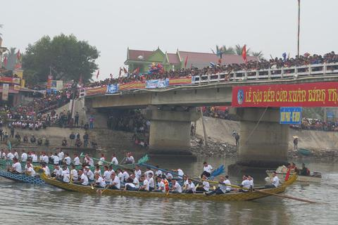 Náo nhiệt ngày hội đua thuyền truyền thống tại lễ hội đền Cờn