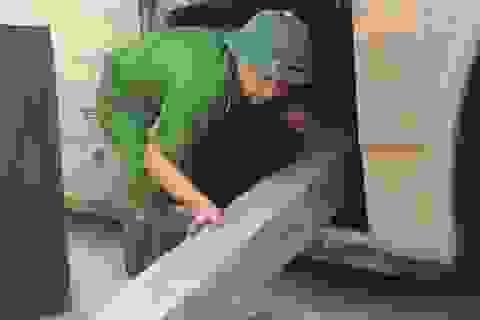 Bắt xe khách biển Lào vận chuyển gần 2m3 gỗ Đinh hương lậu
