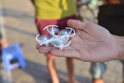 """Thú chơi """"Drone ruồi"""" xâm nhập giới trẻ Hà Thành"""