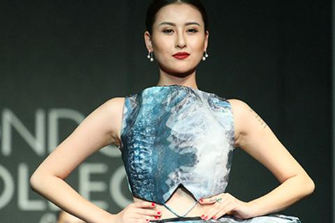 Hot girl Hà Lade tự tin nở nụ cười trên sàn catwalk