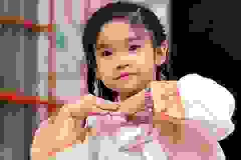 Bạn nhỏ Việt xúng xính trong trang phục truyền thống của bạn bè quốc tế
