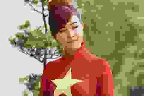 Thiếu nữ mặc áo dài cờ đỏ sao vàng thăm Dinh Độc Lập
