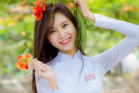 Nữ sinh lớp 12 Sài Gòn khoe sắc bên hoa phượng