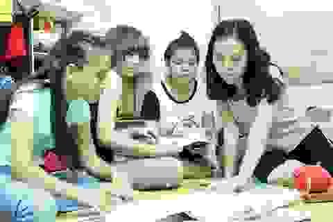 Cô giáo giúp đỡ trò nghèo ăn ở trong suốt kỳ thi