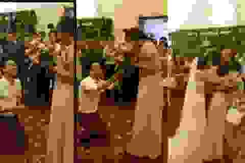 Cô gái bất ngờ được cầu hôn trong đám cưới bạn