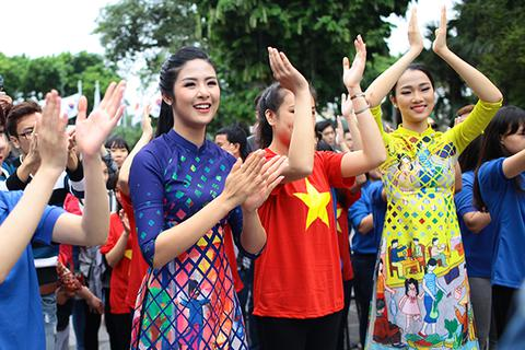 """Hoa hậu Ngọc Hân và Mỹ Linh cùng """"nhảy vì sự tử tế"""""""