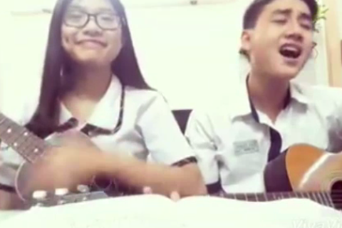 """Clip cặp học sinh cover hit """"Ông bà anh"""" bằng guitar vui nhộn"""