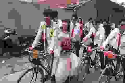"""Thú vị đám rước dâu bằng """"ngựa sắt Thống Nhất"""" ở Hà Nội"""
