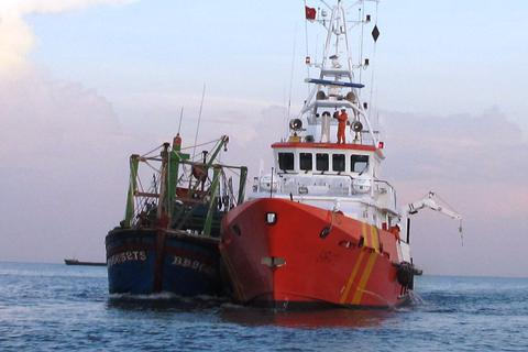 Tàu cá bị tàu hàng đâm chìm, 7 ngư dân thoát chết