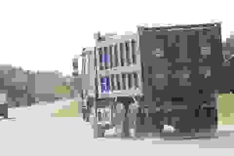 Xe tải chở đất, cát tung hoành trên quốc lộ