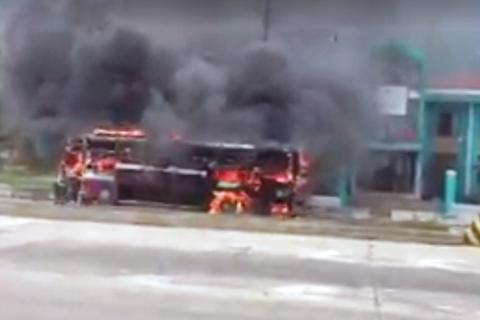 Xe giường nằm cháy rụi, 23 người thoát chết
