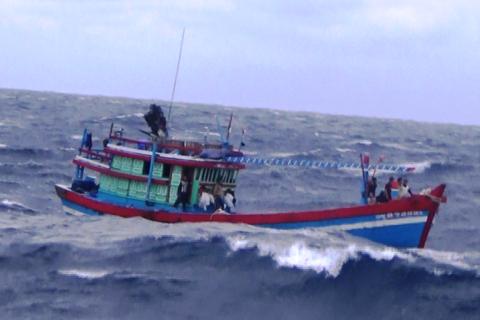 Tàu cá hỏng máy, 12 thuyền viên gặp nạn ở vùng biển Trường Sa